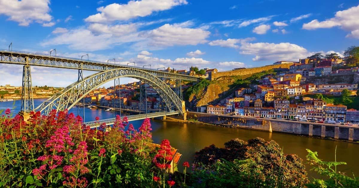 Oporto es conocida como la ciudad de los puentes, por sus estructuras sobre el río Duero.