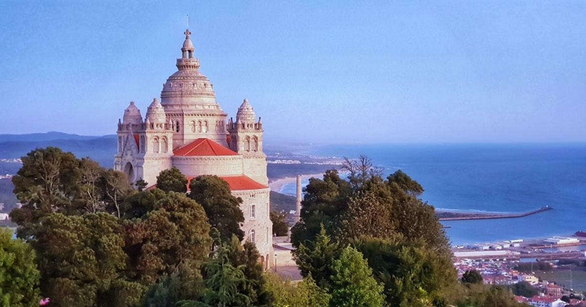 Imponente Santuario de Santa Luzia en Viana do Castelo desde una colina.